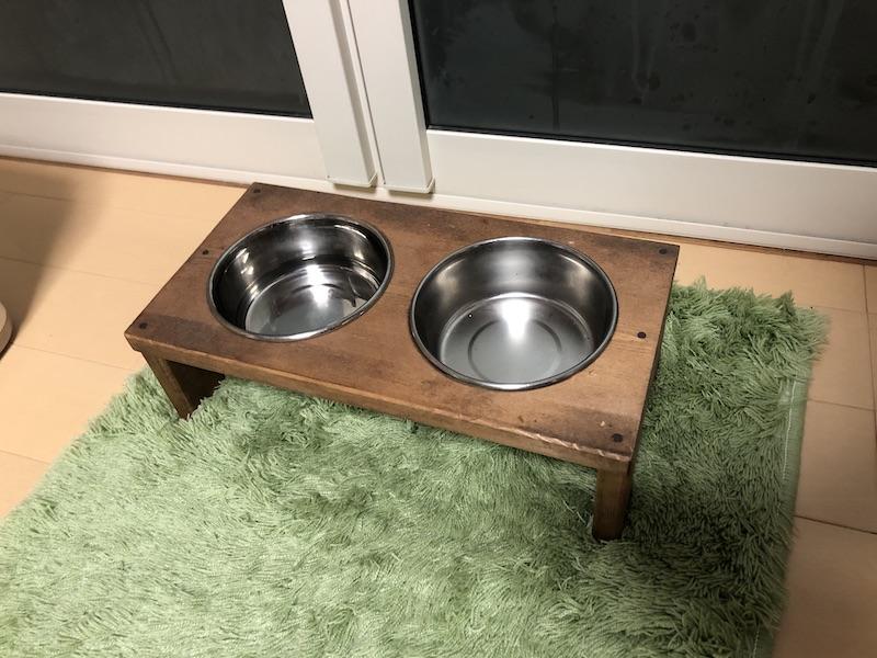 犬用のフード入れと水入れの写真