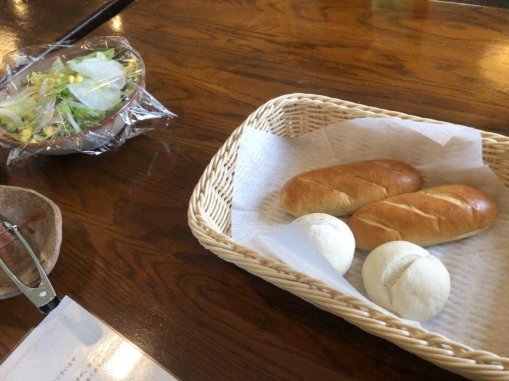 ラハイナのおいしい朝食のパンとサラダの写真です