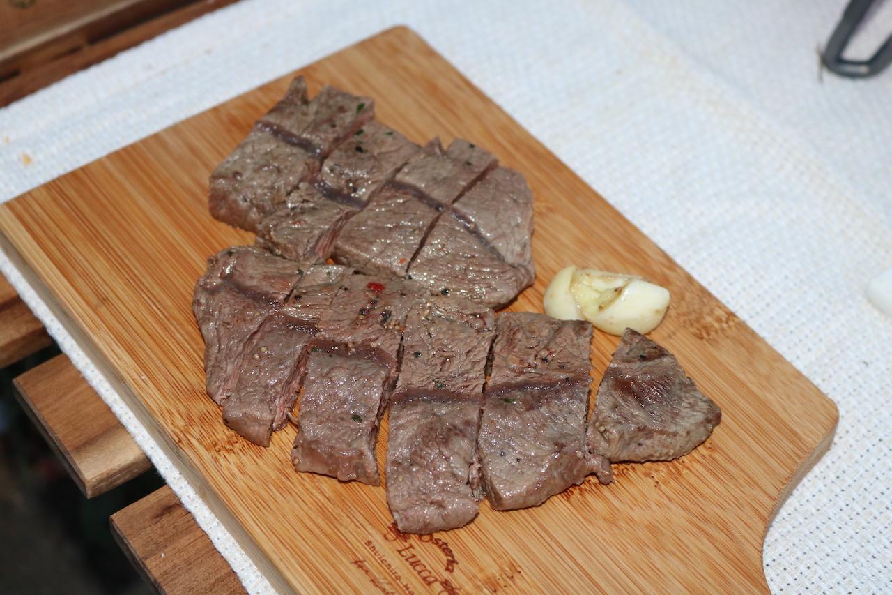 ステーキ肉をカッティングボードに盛り付けてます。