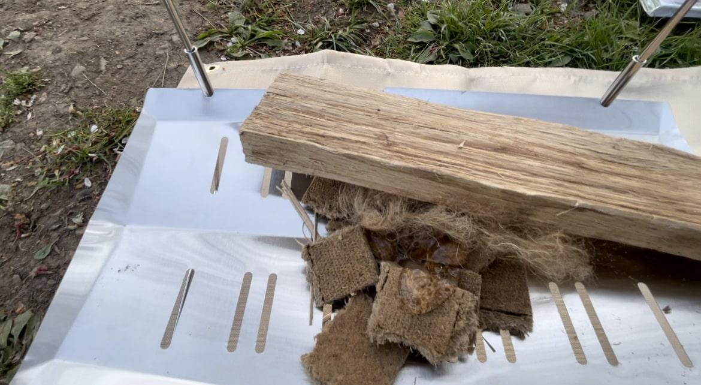 焚き火台に薪を組んでいきます。