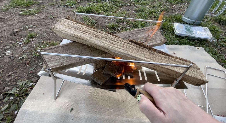 薪に火をつけます。