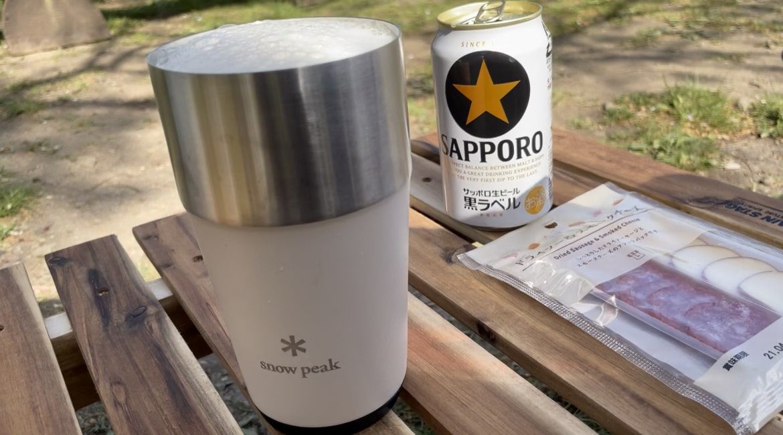 SAPPORO黒ラベルのビールとsnowpeakのマグカップです。