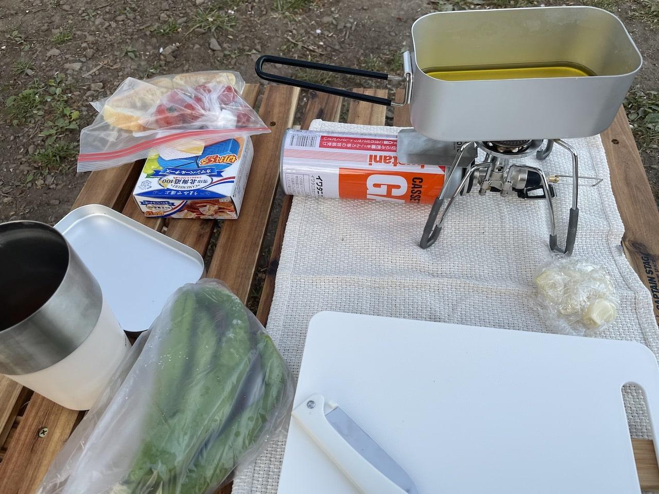 メスティンでカマンベールチーズのアヒージョを作っています。
